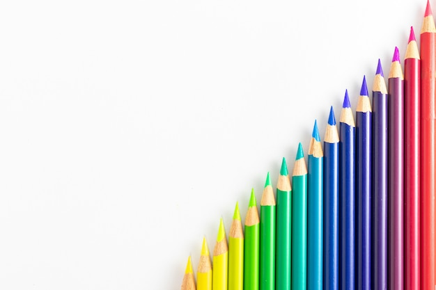 Matite colorate con sfondo bianco ordinato per colori e in diagonale
