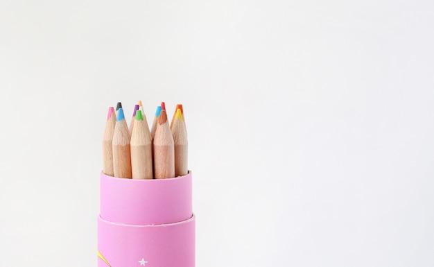 Matite colorate del disegno in vari colori con lo spazio della copia su fondo bianco.