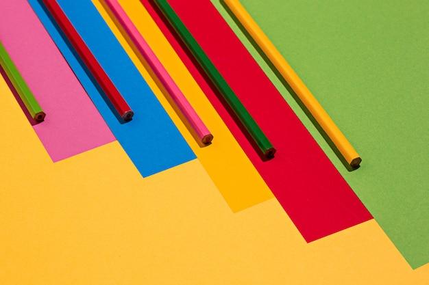 Matite colorate e carta colorata