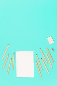 Matite colorate in legno e blocco per schizzi aperto per disegnare.