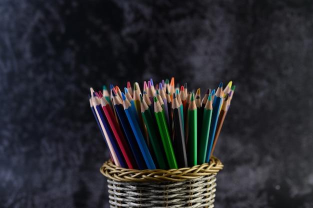 Matite colorate in un astuccio per le matite, fuoco selettivo