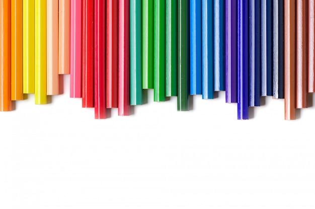 Matite colorate isolate su sfondo bianco