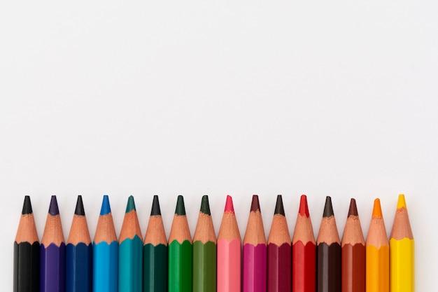 Matite colorate isolate su uno sfondo bianco con spazio di copia.