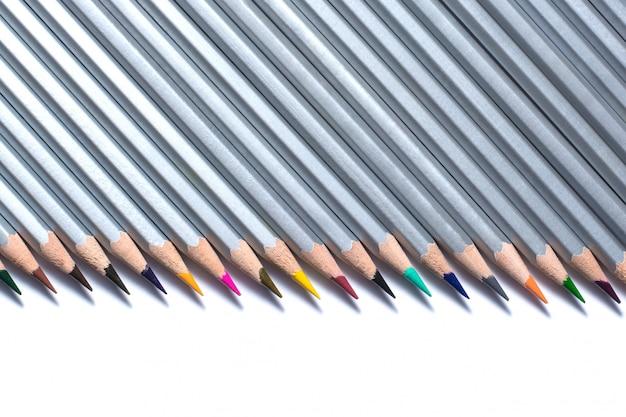 Matite colorate isolate su uno sfondo bianco
