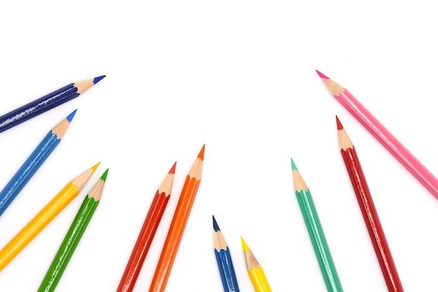 Matite colorate isolati su sfondo bianco