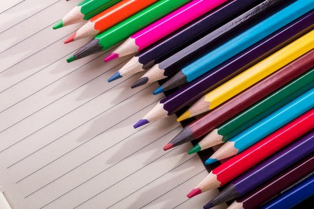 Matite colorate su nota. vista dall'alto. copyspace.