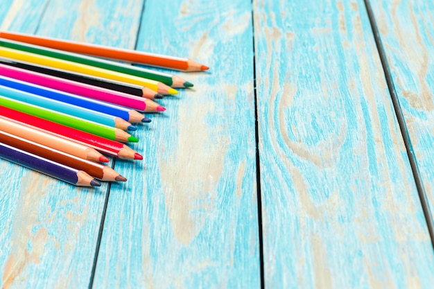 Matite colorate su una tavola di legno