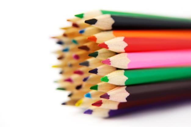 Matite colorate su uno sfondo bianco