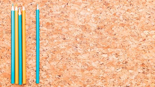 Matite colorate sullo scrittorio di legno