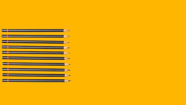 Matite di grafite semplici su giallo
