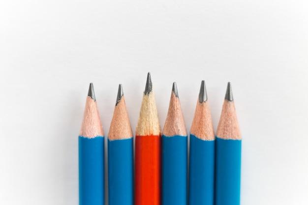 Matite semplici tagliate isolato su sfondo bianco, rosso tra blu