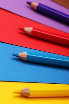 Matite su carta colorata