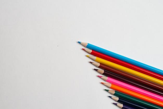 Matite variopinte sui precedenti bianchi, per il disegno dei bambini