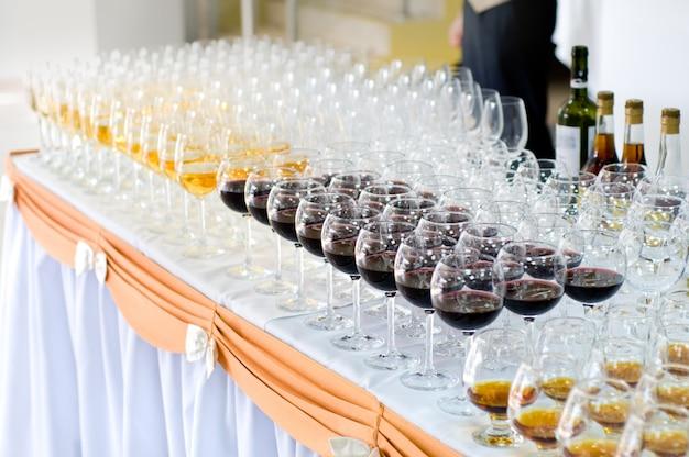 Matrice di bicchieri di vino, messa a fuoco selettiva
