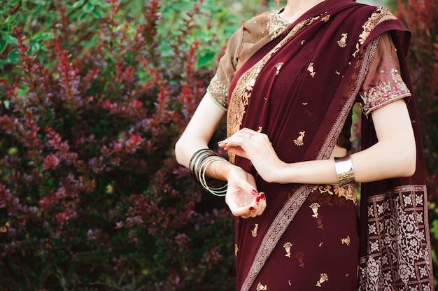 Matrimonio all'henné, mani di donna con tatuaggio mehndi nero. mani della donna indiana della sposa con i tatuaggi del hennè nero. moda. india