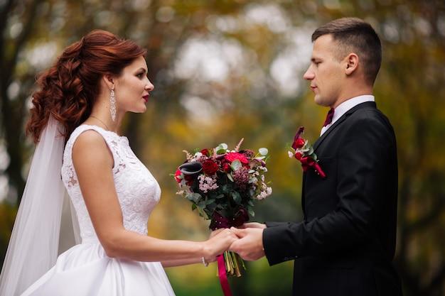 Matrimonio bellissimo di una coppia meravigliosa, giorno delle nozze