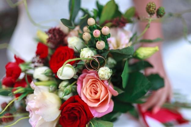 Matrimonio bouquet di fiori tra cui iperico rosso ¡