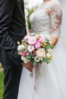 Matrimonio bouquet di fiori tra cui iperico rosso