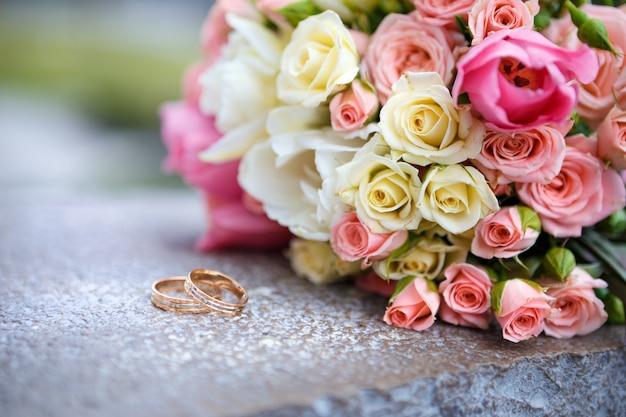 Matrimonio bouquet e fedi nuziali per la sposa e lo sposo