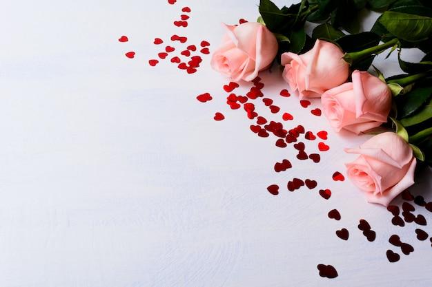 Matrimonio con rose rosa pallido e cuori rossi