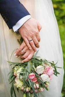 Matrimonio di giovani, la sposa in possesso di un bouquet.