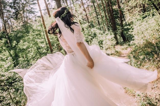 Matrimonio magnifico del vestito da attività della corsa della foresta della sposa