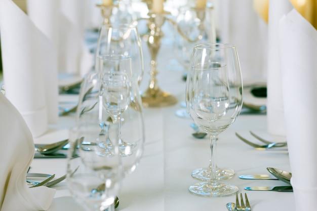 Matrimonio - tavolo decorato con gusto con argenteria e bicchieri