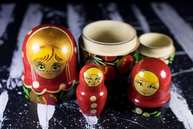 Matrioshka babushka bambole russe su pittura acrilica in bianco e nero