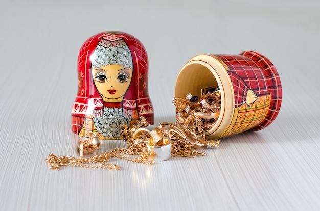 Matrioska rossa. gioielli d'oro nella bambola