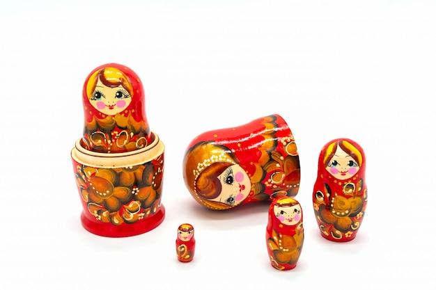 Matryoshka dolls isolato su uno sfondo bianco. souvenir russo bambola di legno.