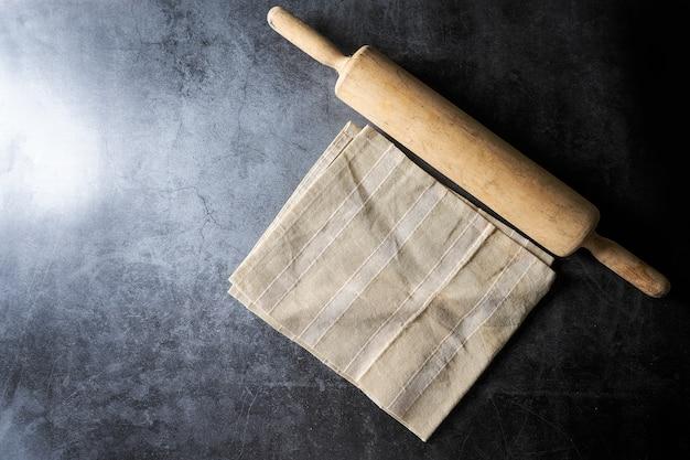 Mattarello sul pavimento scuro, per il concetto di cibo
