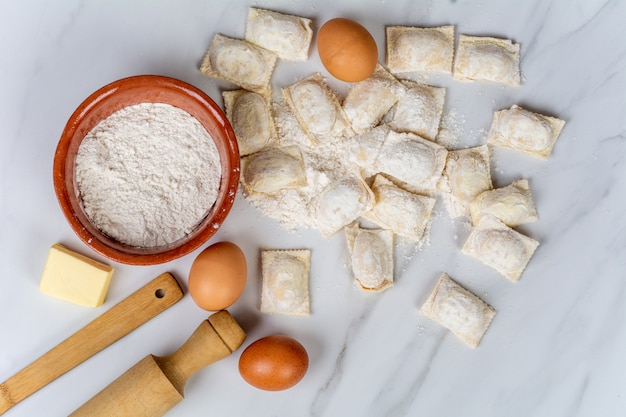 Mattarello, tazza di farina e uova.
