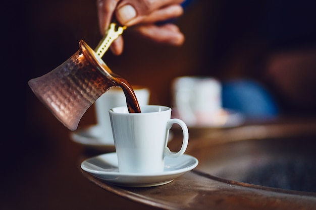 Mattina con la preparazione del caffè turco