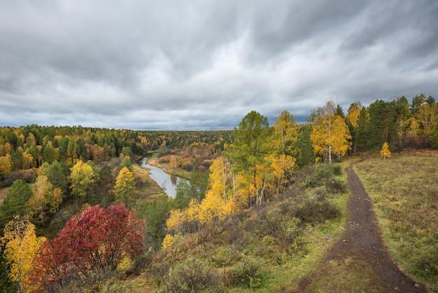 Mattina d'autunno sul fiume vista dall'alto