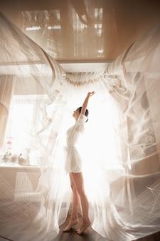 Mattina del vestito da sposa nel boudoir