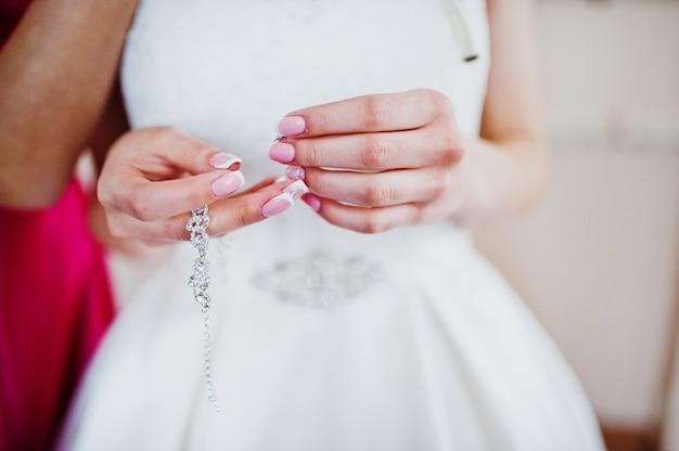 Mattina della preparazione della sposa. giovane e bella sposa al giorno delle nozze.
