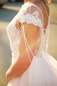 Mattina della sposa quando indossa un bellissimo vestito, la donna si prepara prima della cerimonia nuziale