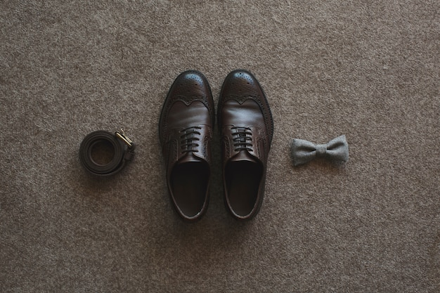 Mattina dello sposo. accessori da sposa. scarpe, cravatta, anelli.