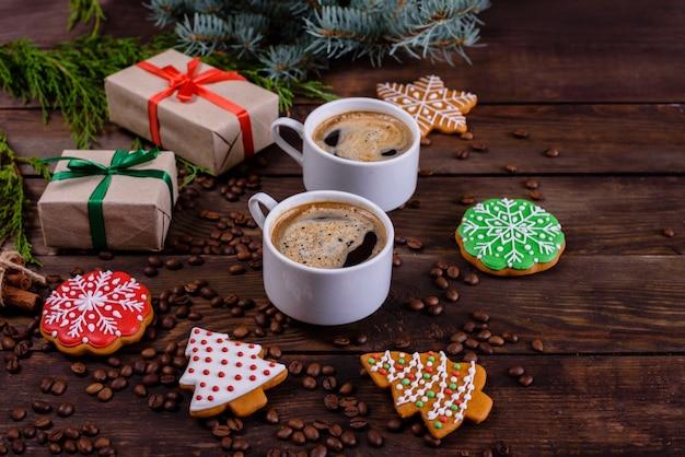 Mattina di natale con caffè profumato e regali