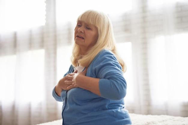 Mattina hartache di attacco di cuore della donna anziana a casa.