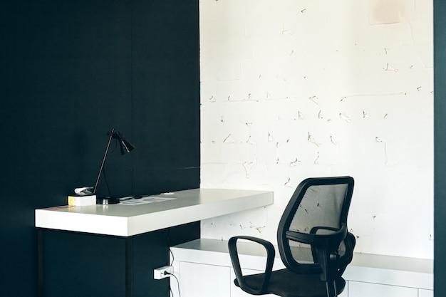Mattina in coworking. interno di ufficio contemporaneo con mobili