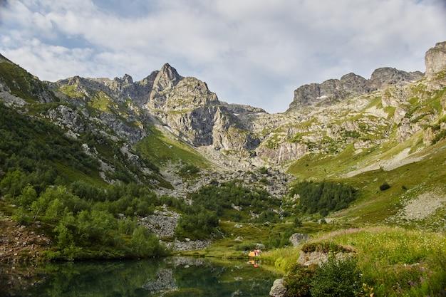 Mattina in montagna, un paesaggio da favola