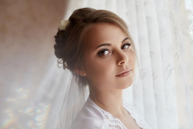 Mattina sposa, donna preparando per il matrimonio