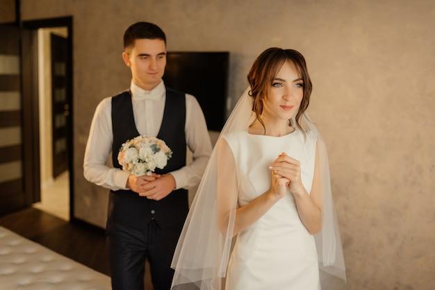 Mattina sposi. il primo incontro degli sposi. primo sguardo degli sposi al mattino. sposi in hotel. sposa e sposo.
