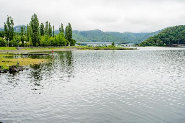 Mattina verde del lago in giappone