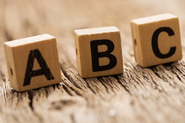 Mattoncini giocattolo sul tavolo con lettere abc