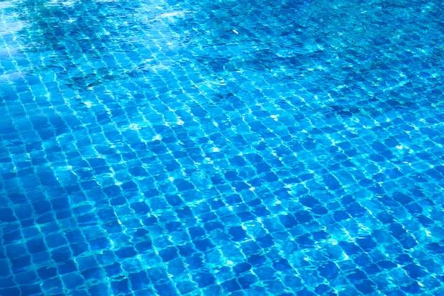 Mattonelle di mosaico astratte blu nella parte inferiore della piscina, priorità bassa.