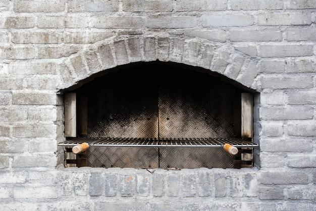 Mattoni grigi usati tradizionali del primo piano del forno di pietra