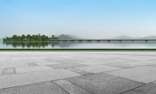 Mattoni vuoti del pavimento della plaza e bello paesaggio naturale