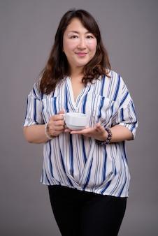 Matura bella asiatica imprenditrice azienda tazza di caffè